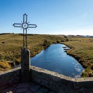 Jakobsweg Aubrac Lasbros Blick von der Brücke mit Kreuz