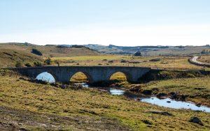 Jakobsweg Aubrac Lasbros Brücke im Gegenlicht