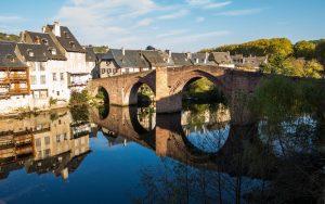 Jakobsweg Espalion Altstadt und Pilgerbrücke in der Sonne