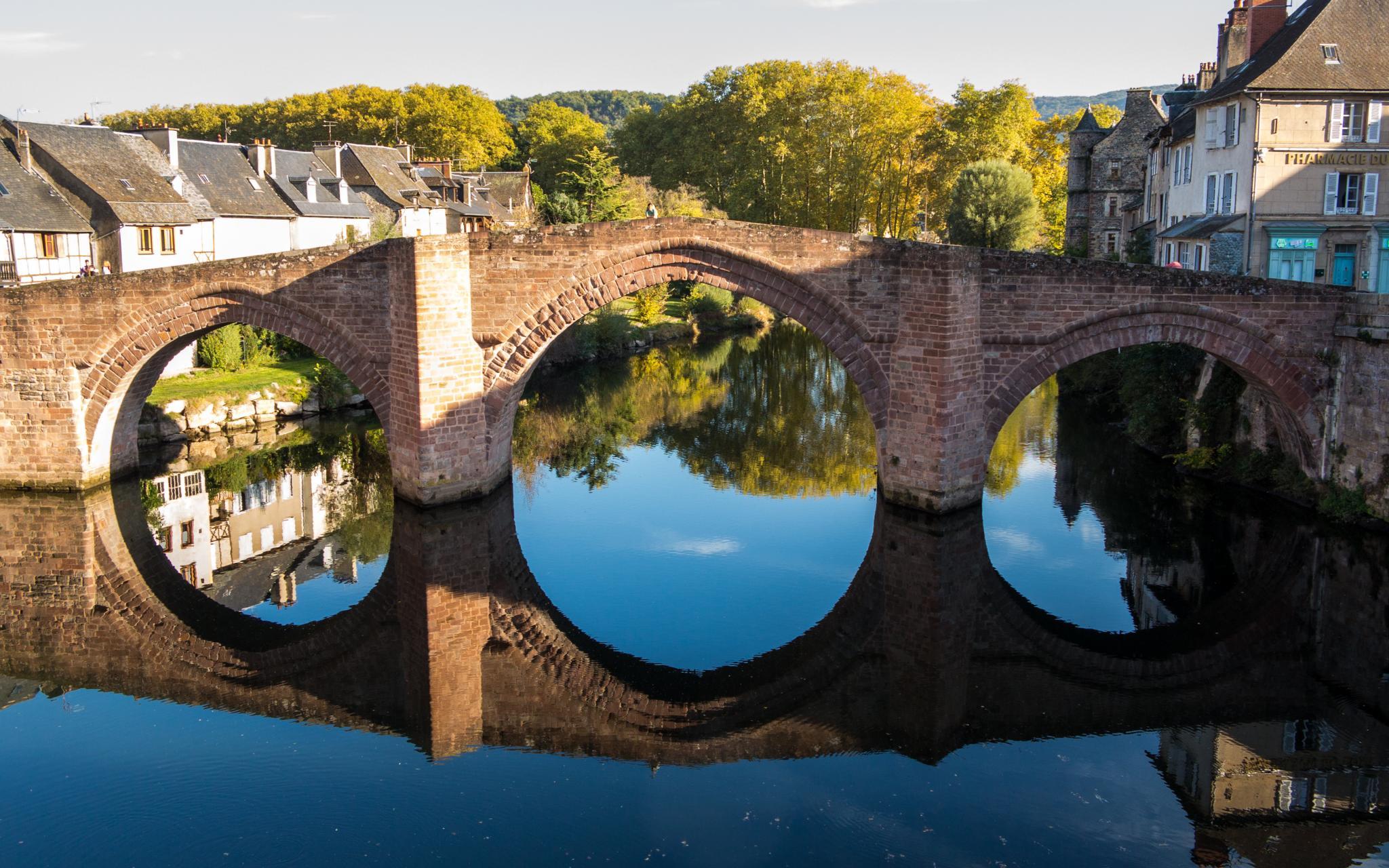 Jakobsweg Espalion Pilgerbrücke mit Spiegelung