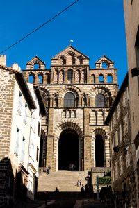 Jakobsweg Le Puy-en-Velay Kathedrale Fassade Froschperspektive