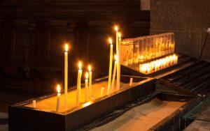 Jakobsweg Le Puy-en-Velay Kathedrale Opferkerzen im Sand