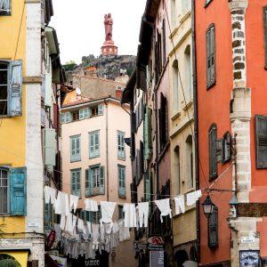 Jakobsweg Le Puy-en-Velay Wäscheleine über der Strasse