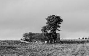 Jakobsweg Le Sauvage verlassenes Haus schwarz weiss