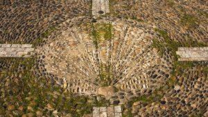 Jakobsweg Muschel-Mosaik vor der Kirche in Saint Côme d'Olt