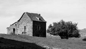 Jakobsweg Saint Côme d'Olt Bauernhaus schwarz-weiss