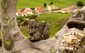 Jakobsweg Skulpturen vor Saugues Detail Eichhörnchen