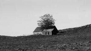 Jakobsweg Aubrac verlassenes Haus schwarz weiss