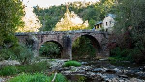 Jakobsweg Conques Pilgerbrücke von flußaufwärts