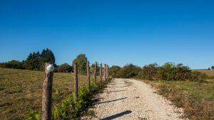 Jakobsweg Causses Landschaft Weg mit Muschel