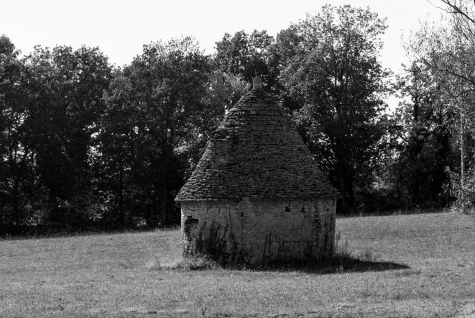 Jakobsweg Causses Schutzhütte schwarz weiss