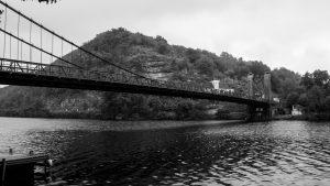 Jakobsweg Cajarc Brücke im Regen Flusspanorama schwarz weiss