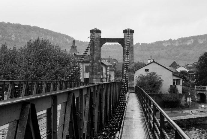 Jakobsweg Cajarc Brücke im Regen Fußgängerweg schwarz weiss