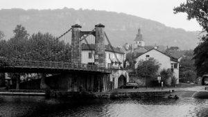 Jakobsweg Cajarc Brücke im Regen Portal schwarz weiss